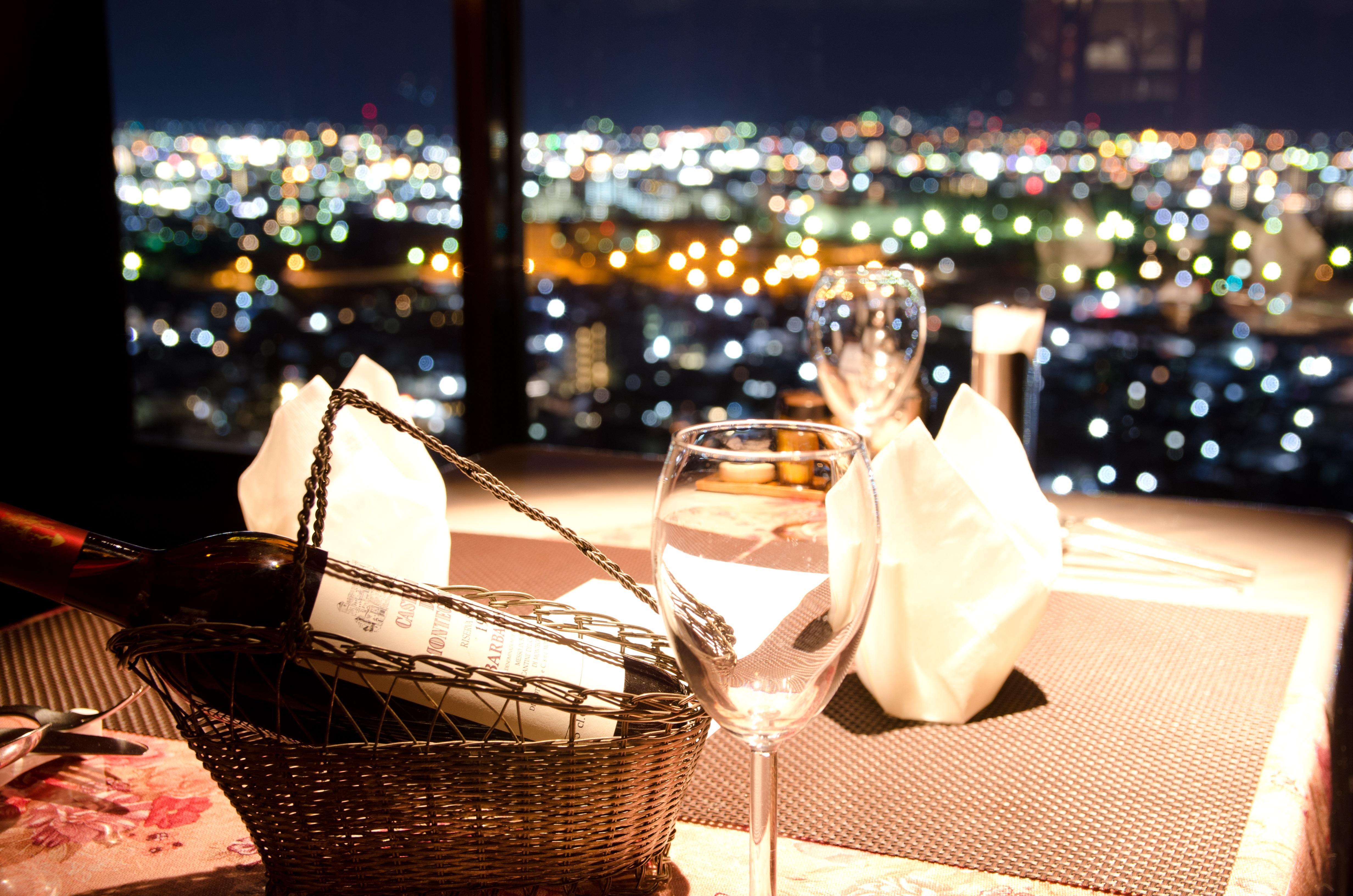 今 夜 は 夜 景 と 食 事 し よ う 。